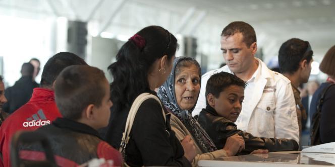 Des Roms embarquent à l'aéroport de Roissy pour un vol en direction de la Roumanie, jeudi 19 août.