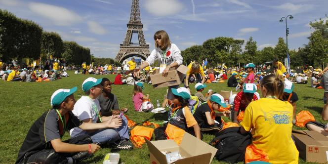 Des jeunes et des bénévoles du Secours populaire sur le Champ-de-Mars.
