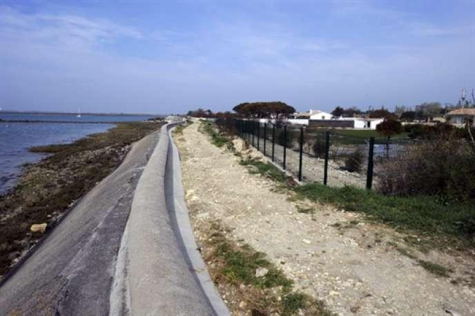 Sur l'Ile de Ré, en Charente-Maritime, la piste qui longe la digue sur la commune des Portes-en-Ré.