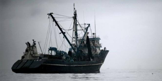 Un bateau partant à la pêche aux anchois.