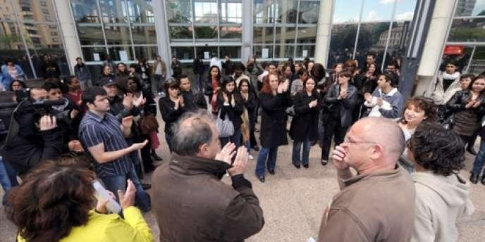 Le 30 avril 2008, les salariés du centre d'appels toulousain se rassemblent devant le siège de leur entreprise pour protester contre la dégradation de leurs conditions de travail.