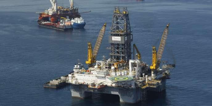 En 2010, l'explosion d'une autre plateforme dans le Golfe du Mexique avait fait 87 morts et provoqué une fuite de pétrole.