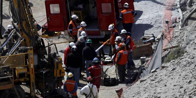 Les sauveteurs préparent le tube qui devrait servir de cordon ombilical pour faire parvenir des vivres aux mineurs bloqués sous terre, lundi 23 août.