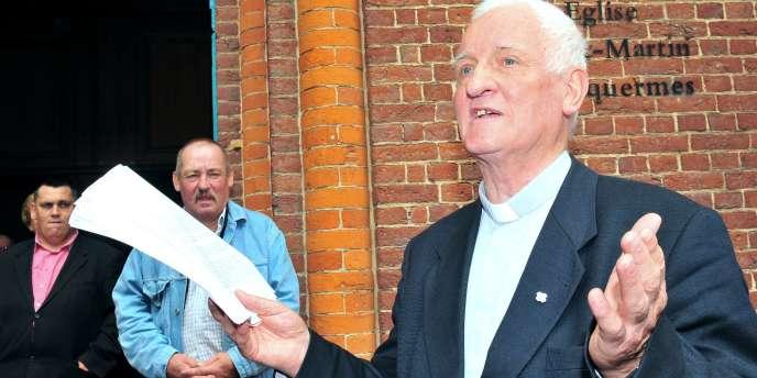 A Lille, le père Arthur a décidé de rendre sa médaille du mérite au ministère de l'intérieur en signe de protestation.