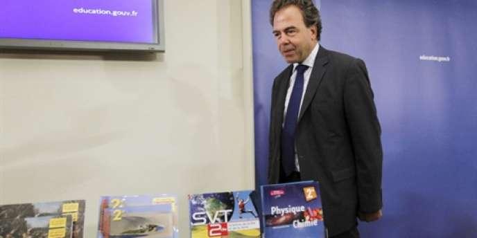 La réalisation des manuels, présentés par Luc Chatel le 24 août, a été retardée en raison de la publication tardive – en mai – du texte officiel des nouveaux programmes.