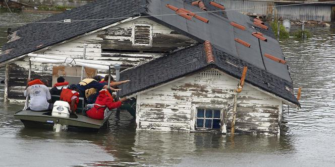 Les secours extirpent un homme de sa maison, le 29 août 2005, à La Nouvelle Orléans.