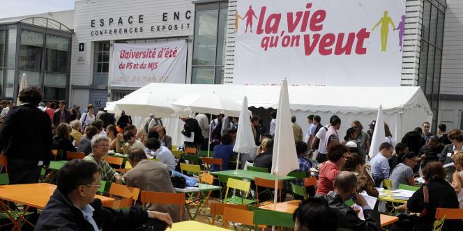 Des militants socialistes profitent du soleil à l'université d'été du PS, à La Rochelle, le 27 août.