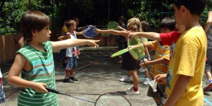 Des élèves de l'école internationale française de Bali sont initiés au badminton.