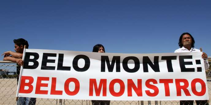 Des indiens Tucano manifestent contre la construction du barrage à Brasilia, le 26 août 2010.