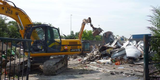 Des pelleteuses détruisent des caravanes après l'évacuation du campement du Hanul, le 6 juillet à Saint-Denis, qui comptait entre 150 et 200 Roms.