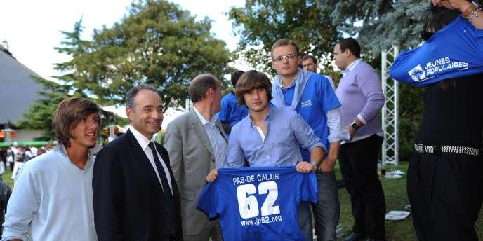 Des Jeunes populaires posent avec Jean-François Copé, chef de file des députés UMP à l'Assemblée nationale, à Port-Marly, dans les Yvelines, le 31 août 2010.