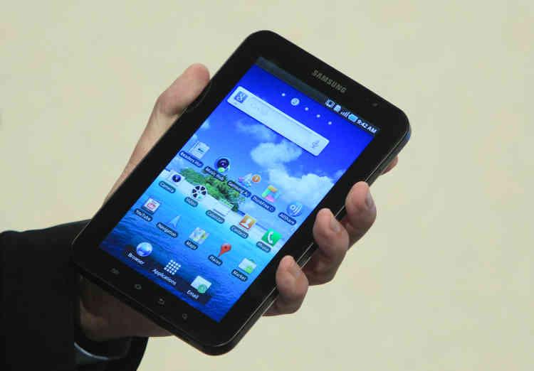 La Galaxy Tab, de Samsung. Apple reproche au groupe sud-coréen d'avoir copié le design et certaines commandes tactiles de son iPhone et de sa tablette iPad pour développerses téléphones Galaxy et ses tablettes.