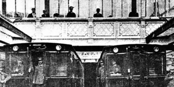 Les travaux de construction du métro parisien en 1900.