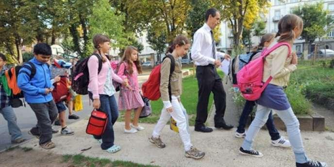 Des écoliers rentrent en classe, le 2 septembre 2010 à Strasbourg, le jour de la rentrée scolaire.