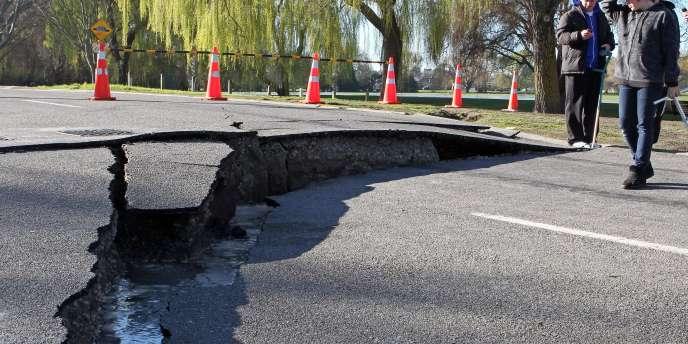 Des habitants de Christchurch devant une route touchée par le séisme qui a frappé la région, le 4 septembre 2010.