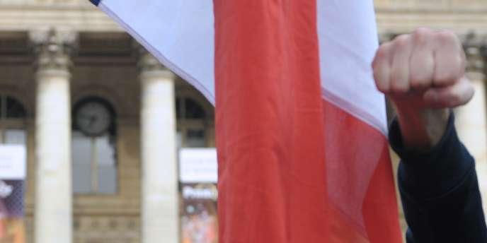Des participants, le 4 septembre 2010 place de la Bourse à Paris, à un apéritif républicain