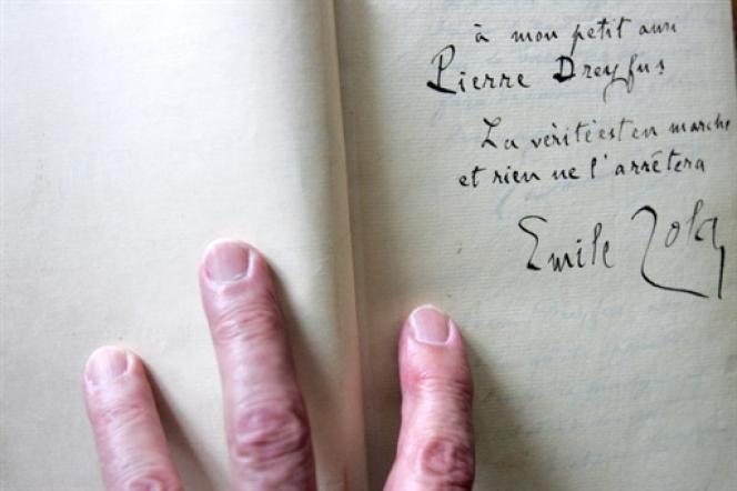 Photo d'archive de la page du livre du «Procès Zola» portant la dédicace d'Emile Zola au fils du capitaine Dreyfus, prise le4mai2006 au domicile du petit-fils de Dreyfus, à Boulogne.