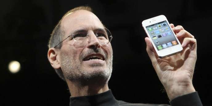 Steve Jobs, a co-fondé - avec Steve Wozniak - en 1976 le groupe américain Apple.