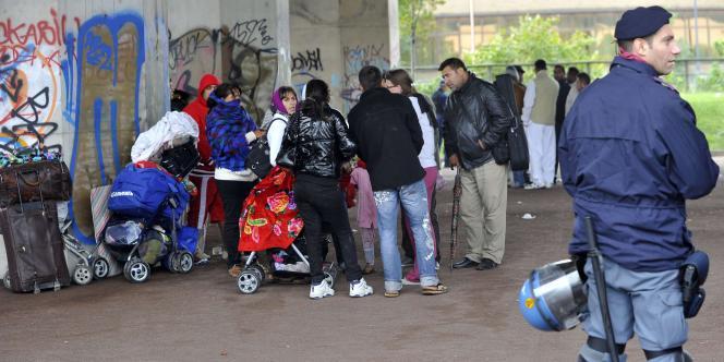 Des Roms sont évacués de leur camp par la police italienne, le 7 septembre à Milan.