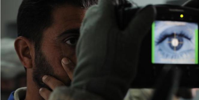 Un soldat américain scanne un iris.