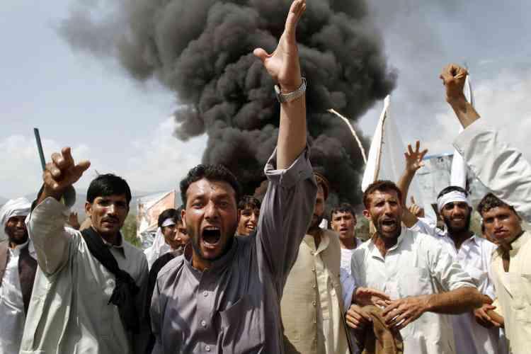 Plusieurs milliers d'Afghans sont descendus dans les rues vendredi pour dénoncer le projet d'une petite église évangélique américaine de brûler des exemplaires du Coran.