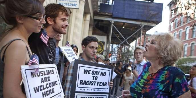 Des partisans de Park 51 répondent à une opposante à ce projet, samedi 11 septembre, dans les rues de New York.