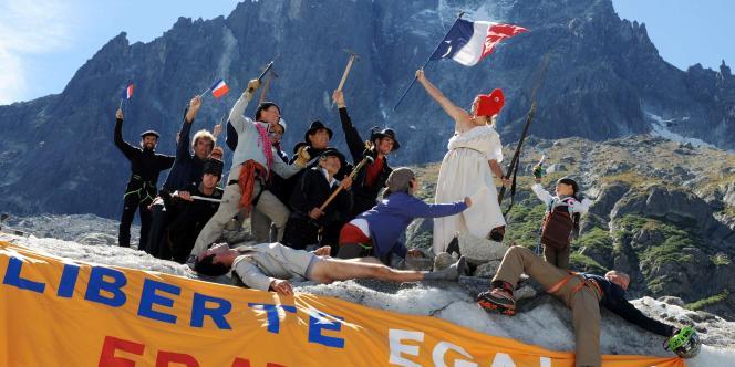 Le sein nu, vêtue d'une robe blanche et d'un bonnet phrygien, la Marianne du célèbre tableau a pris la pose à 1 900 mètres d'altitude dans le massif du Mont-Blanc, brandissant le drapeau français d'une main et tenant de l'autre une baïonnette.