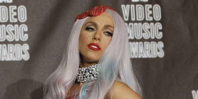 Lady Gaga pose après l'annonce de ses récompenses aux MTV Video Music Awards à Los Angeles, dans une tenue confectionnée avec des morceaux de viande.