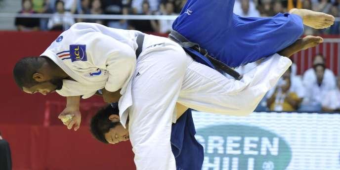Teddy Riner renverse le Japonais Takahashi, lundi en quart de finale du tournoi toutes catégories.