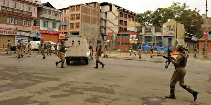 Des soldats indiens patrouillent dans les rues de Srinagar pour tenter de faire respecter le couvre-feu.