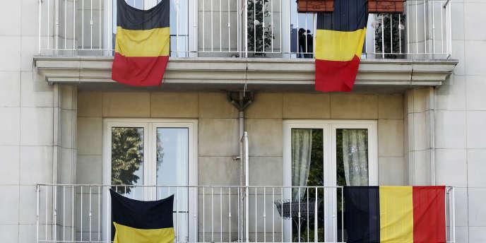 Des drapeaux belges sur la façade d'un immeuble à Bruxelles en juin 2010.