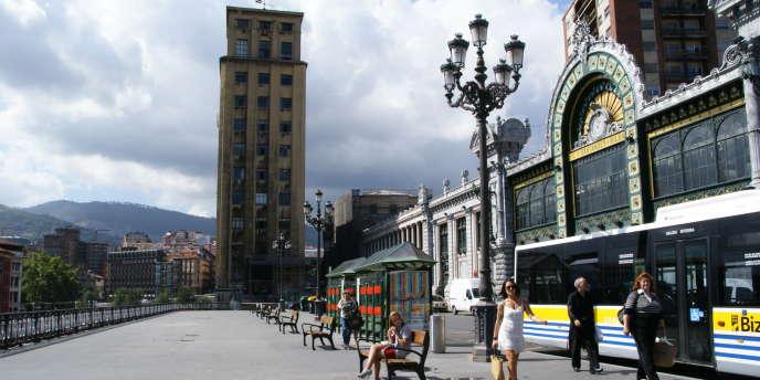 Située au rez-de-chaussée de cette tour, la salle de consommation est située en plein centre-ville de Bilbao, à quelques mètres de la grande gare Santander (à droite).