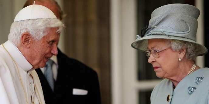 Benoît XVI et la reine Elisabeth II, le 16 septembre au palais de Holyroodhouse, en Ecosse.