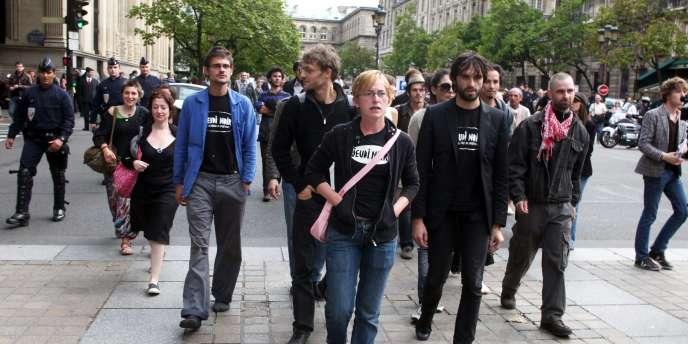 Des militants du collectif Jeudi noir arrivent le 16 septembre 2010 à Paris devant le Palais de justice, où la cour d'appel doit rendre son jugement à la suite de leur occupation depuis près d'un an d'un hôtel particulier, place des Vosges à Paris.