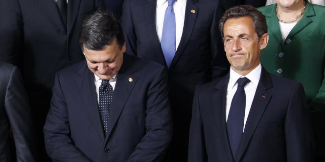 Le président de la Commission européenne, José Manuel Barroso, et Nicolas Sarkozy posent pour une photo de famille lors du sommet des chefs d'Etat européens à Bruxelles, le 16 septembre.
