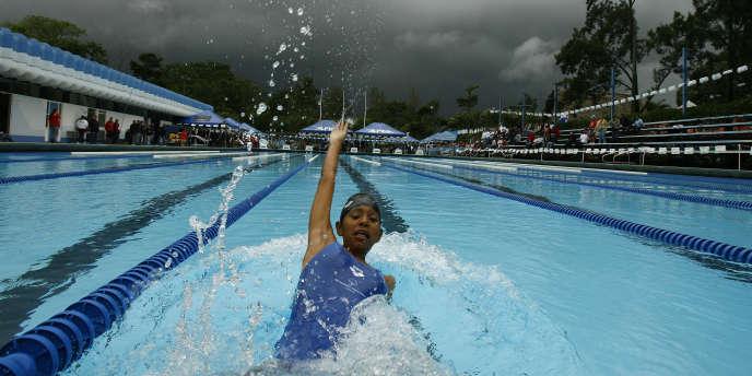 Un sportif panaméen dispute un 50 m dos aux Jeux d'Amérique centrale et des Caraïbes de Special Olympics.