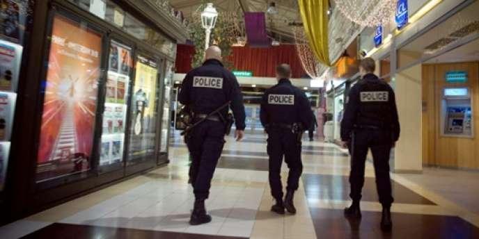 Des policiers patrouillent le 23 novembre 2009 dans le centre commercial Bobigny 2 à Bobigny.