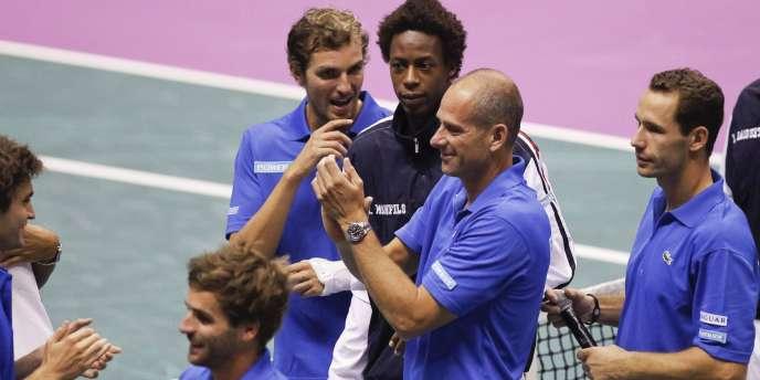 Guy Forget félicite ses joueurs après la qualification des Français pour la finale de la Coupe Davis.