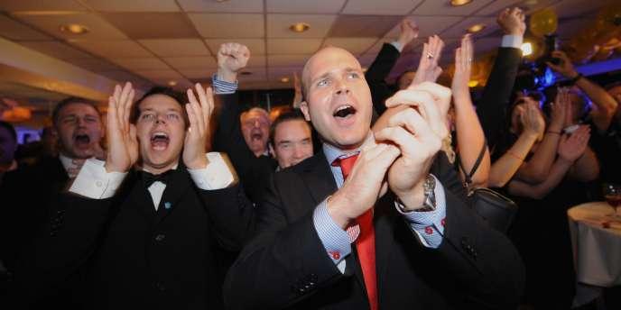 Les partisans de  l'extrême-droite des Démocrates de Suède (SD) se félicitent à la publication des sondages de sortie des urnes.