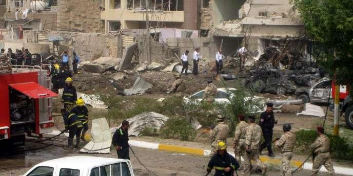 Le site de la première explosion dans le quartier Mansour, à l'ouest de la capitale irakienne.