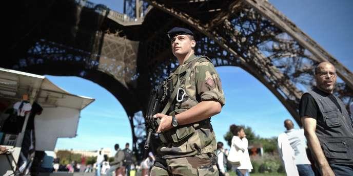 Des soldats surveillent la Tour Eiffel, le 20 septembre 2010.