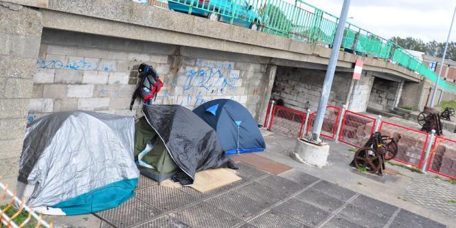 Un camp éphémère d'Afghans sous un pont du quai de la Moselle, en centre-ville.