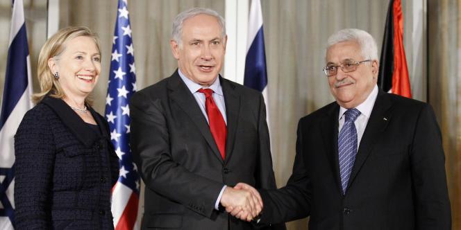 La secrétaire d'Etat américaine Hillary Clinton, le premier ministre israélien Benyamin Nétanyahou et le président de l'Autorité palestinienne Mahmoud Abbas à Jérusalem, le 15 septembre 2010.