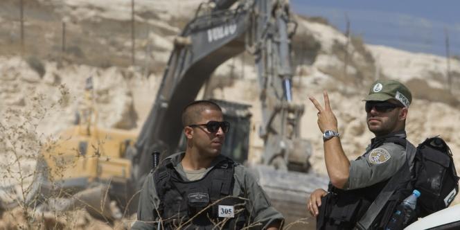 Des gardes-frontières israéliens après la destruction d'une maison appartenant à une famille palestinienne.