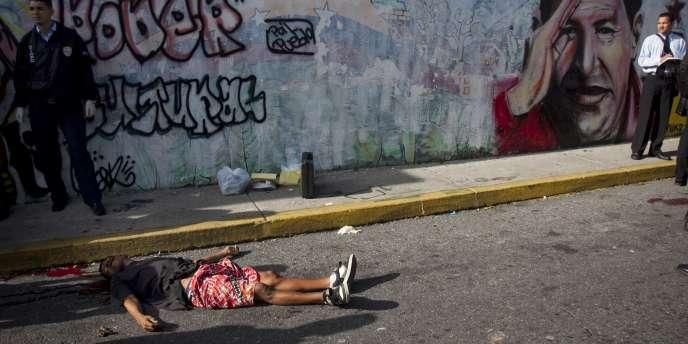 Un homme tué dans une rue de Caracas, au Venezuela, le 8 septembre 2010.