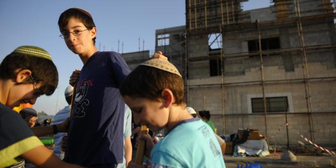 Des enfants israéliens jouent dans la zone industrielle de Metvarim, au sud d'Hébron, en 2010.