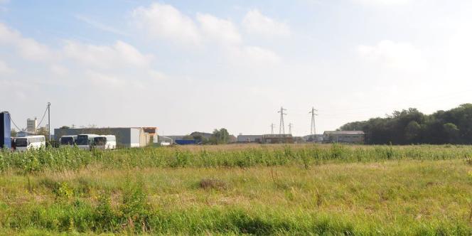 Aux abords du terrain de l'ancienne jungle de Calais, un an après sa destruction.