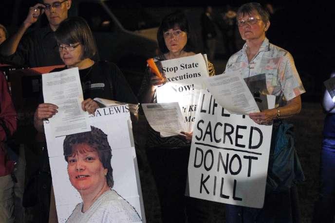 Rassemblement de militants anti-peine de mort à proximité de la prison où a été exécutée Teresa Lewis, jeudi soir 23 septembre.