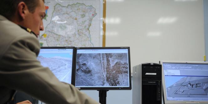 Un militaire présente des images réalisées par le satellite de renseignement Helios 2A, en novembre dans les locaux de la base aérienne 110 de Creil. La France dispose d'une palette de moyens de renseignement dans le Sahel pour tenter de localiser les ravisseurs des cinq Français enlevés dans le nord du Niger.