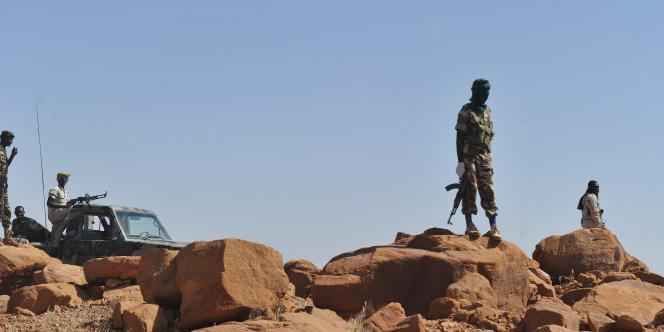 Des soldats nigériens patrouillent sur la route entre Agadez et Arlit, en septembre 2010.